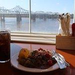 二階のバイキング形式のレストラン、ミシシッピー川を見ながら食事