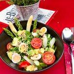 Summer Bowl mit Quinoa, Spargel und Avocado