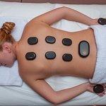 Стоун-массаж или массаж горячими камнями отлично снимет стресс и восстанавливает жизненные силы