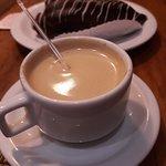 Café com leite e bomba de chocolate.