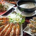 Halong seafood soup/Grilled prawns with pepper and garlic/grilled oysters