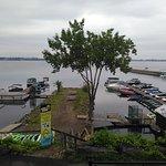 Vue sur le port et le lac.