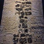 Les murs décorés en damiers de silex taillés... et les traditionnelles gravures-souvenirs