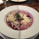 Ravioli com queijo, damasco e pera ao vinho