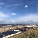 Super weitläufiger Sandstrand mit vielen kleinen Restaurants/Bars/Cafés direkt am Strand.