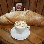 O pão. Com cappuccino. The BREAD. With cappuccino.