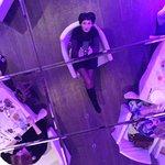 Зеркальный потолок в ресторане - выигрышный фрагмент интерьера.