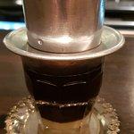 Kaffe som bryggs med kondenserad mjölk i botten