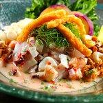 Cebiche Carretillero, corvina y mariscos con chicharron de calamar
