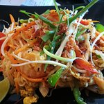 Thai stekt rispinne med egg scampi kylling sesam grønt