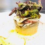 Ensalada de pulpo sobre patata rota al piméntón y cebolla morada