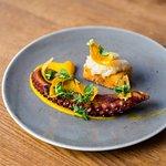 grilovaná chobotnice s fritovanou polentou, karotkovým pyré a cibulkou lyonnaise