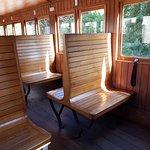 L'intérieur d'un wagon tout en bois.
