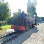 La locomotive bleue avance pour se mettre à l'avant du train.