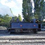 Une locomotive bleue.