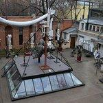 """Двор дома-музея Бурганова. Огромные руки - скульптура """"Добро пожаловать"""""""