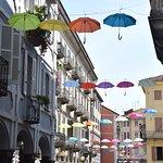 Ombrelli sulle vie del centro