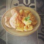 Κοτόπουλο λεμονάτο με πατάτες.