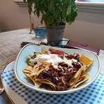 Nachos and chili with sour cream, salsa and guacamole. All very fresh and very tasty.