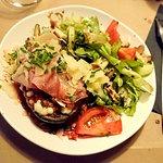 L'aubergine farcie à la mozzarella, tomates, jambon cru, oignons rouges et coriandre