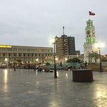 Vista de la plaza Prat desde donde empieza el paseo Baquedano; a la izquierda el Hotel Arturo Pr