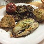 Pescado con verduras y patata asada.