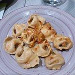 Tortelloni ripieni di mozzarella di bufala con pomodorini e anacardi