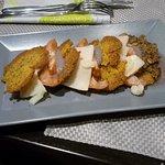 Millefoglie di cous cous, pomodori cuori di bue, crema di cipolla rossa e scaglie di formaggio