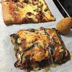 Pizza de jamón y champiñones, parmigiana de berenjena y arancini de jamón