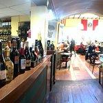 bodegón de vinos y otros licores , a la derecha la amable azafata que nos atendió