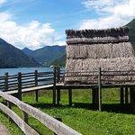 la palafitta con lo sfondo del lago