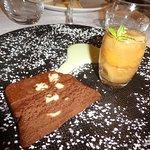 Succès au chocolat au pain brioché, sauce menthe au lait, étuvée de pêches au sucre roux