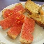 Pincho de tortilla y pan con tomate.