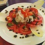 Ensalada de tomate y atún.