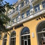 Фасад здания говорит сам за себя.. историческое здание, красивейшие окна в виде арки, высокие по