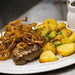 Lendensteak mit Bratkartoffeln, Röstzwiebeln & Bratensoße