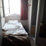 3ème lit contre la seule fenêtre et contre les WC