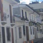 La calle de Doña Chepa: en el fondo, la casa con el aviso redondo.