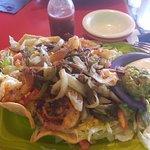 insalata di gamberi su letto di croccante polenta di mais