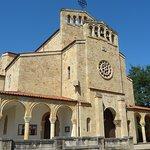 Junto a la bella iglesia de San Julian les dejará el bus a 100 metros de La Pondala .