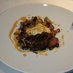 говядина-гриль с каким-то соусом, картофелем и грибами