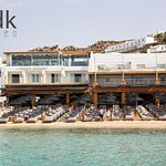 DK Oyster Bar & Restaurant in Platys Gialos, has come to pamper you and tantalize your palate.