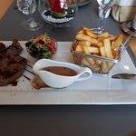 plat: Entrecôte de Boeuf, crème Cognac Poivre Vert, frites, salade