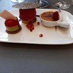 dessert: Trilogie: crème brulée à la vanille, Bavarois fraise-basilic, sorbot groseille