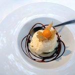 Čokoládové soufflé s vanilkovou zmrzlinou
