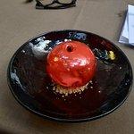 Przezroczysty owoc zrobiony z karmelu - w srodku pyszny mus