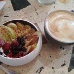 yaourt granola et fruits de saison + cappuccino :p