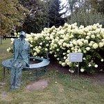 Скульптуры в парке часто дополняют цветы