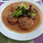 manitas de cerdo con salsa de langostinos