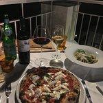 Pizza con mozzarella di bufalo, pasta con crema di zucchini , vino Falanghina e Bolgheri.